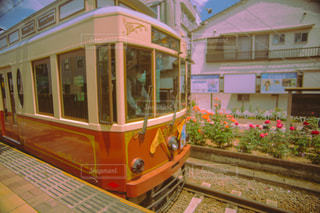 列車が建物の脇に停まっているの写真・画像素材[3156075]