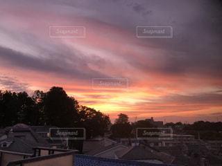 都市に沈む夕日の写真・画像素材[3296118]