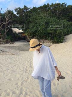 砂浜を歩く女性の写真・画像素材[3109575]