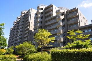 大規模マンションの中庭の写真・画像素材[3761284]