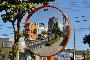 カーブミラーに映るタワーマンションの写真・画像素材[3776339]