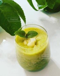 オレンジジュースのグラスの写真・画像素材[3049924]