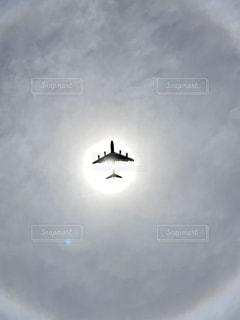 曇り空を飛ぶの写真・画像素材[3041152]