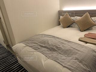 ホテルの部屋で作られたベッドの写真・画像素材[3206005]