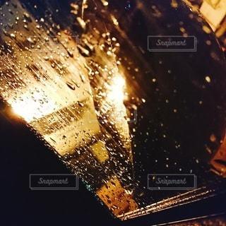 サイドミラーに映る光の写真・画像素材[3312935]