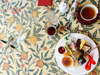 テーブルの上のデザートのプレートの写真・画像素材[1229552]