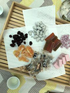 テーブルの上に食べ物の種類でいっぱいのボックスの写真・画像素材[1229570]