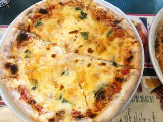 食品の板の上に座ってピザの写真・画像素材[1817116]