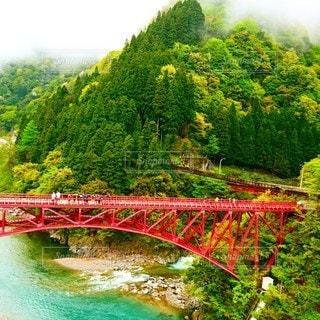 黒部川の上にかかる赤い橋の写真・画像素材[3143739]