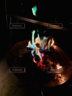レインボー焚き火の写真・画像素材[3168461]