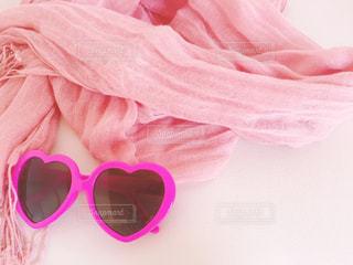 ピンクのストールとサングラスの写真・画像素材[3135025]