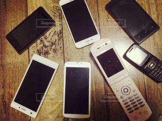 テーブルの上の古い携帯電話の写真・画像素材[3186916]