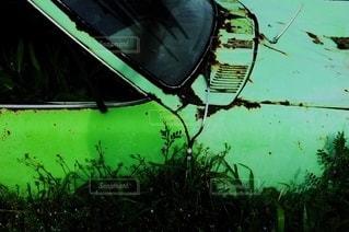 草むらと一体化した廃車の写真・画像素材[3317521]