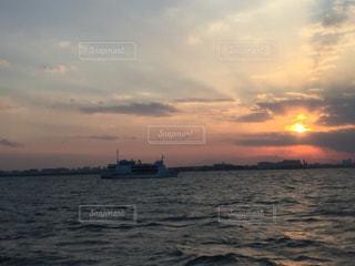 漁船と夕日の写真・画像素材[3083450]