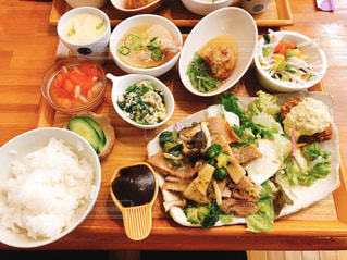 食べ物でいっぱいのテーブルの写真・画像素材[3059556]