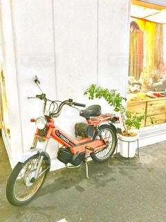 建物の前に停まっているバイクの写真・画像素材[709156]