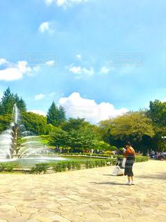 噴水広場で写真撮影の写真・画像素材[793602]