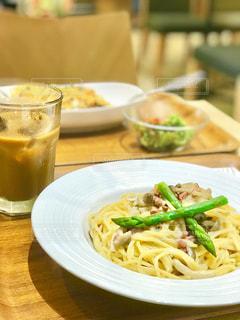 テーブルの上に食べ物のプレートの写真・画像素材[807722]