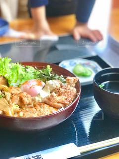 ランチで唐揚げ丼の写真・画像素材[843575]