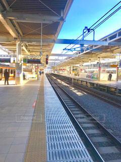 休日朝の駅のホームの写真・画像素材[900324]