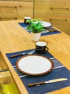 テーブルとお皿の写真・画像素材[958540]