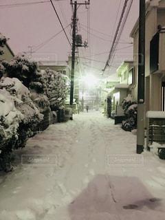 雪の夜道が明るくての写真・画像素材[972573]