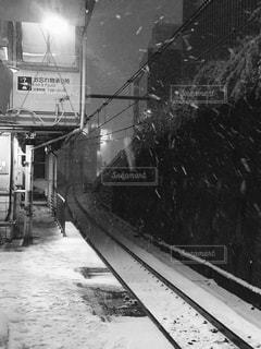 雪の降る線路の写真・画像素材[989962]
