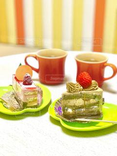テーブルのにケーキが二つの写真・画像素材[1030741]