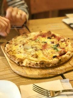 木製のまな板にピザ - No.1065727