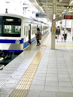 駅で電車に乗り込むの写真・画像素材[1127716]