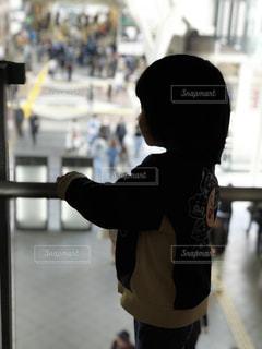 ホールを眺める子供の写真・画像素材[1137615]
