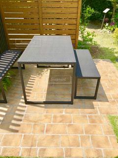 明るい庭とベンチの写真・画像素材[1215654]
