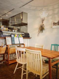 カフェのシンプルな椅子とテーブルの写真・画像素材[1242639]