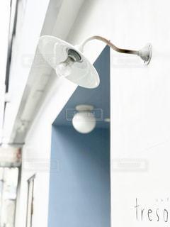 白い壁と白い電灯の写真・画像素材[1247116]