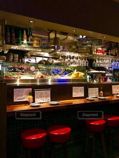 厨房やカウンターで、食材やグラスが並ぶ雰囲気が綺麗だなと感じます。の写真・画像素材[1282313]