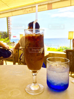 海の見えるカフェでアイスコーヒーをの写真・画像素材[1291534]