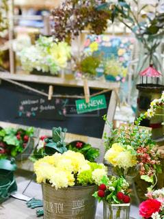 テーブルの上の花の花瓶の写真・画像素材[1334741]