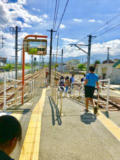 駅を出る学生さんたちの写真・画像素材[1349183]