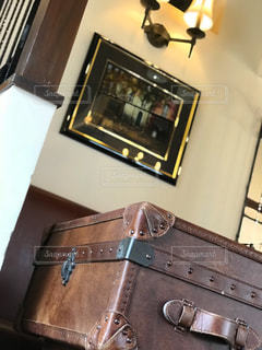 古民家カフェのテーブルは、旅行鞄でした。の写真・画像素材[1360736]