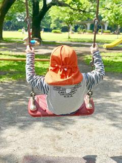 ブランコで遊ぶ子の写真・画像素材[1376933]