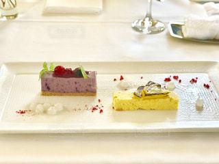 テーブルの上の皿にケーキの写真・画像素材[1390433]