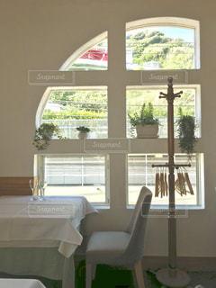 カフェ。窓際の席。の写真・画像素材[1390434]