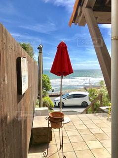 家の間から見える海の写真・画像素材[1392751]