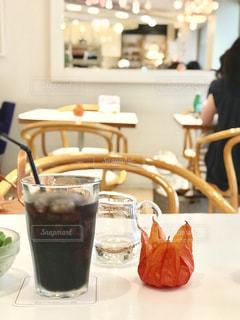 アイスコーヒーとほおずきの写真・画像素材[1421928]