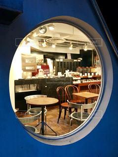円窓から見る夕暮れ時の喫茶店の写真・画像素材[1432399]