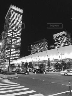 夜の八重洲の交差点の写真・画像素材[1434437]