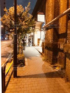 帰り道、線路脇のレンガの道を歩く。の写真・画像素材[1453540]