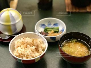 宴会の最後に、炊き込みご飯と味噌汁の写真・画像素材[1454670]