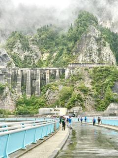 黒部ダムの上を歩く。まるで要塞のよう。の写真・画像素材[1455552]