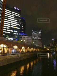 神田川の水面に映るガード下の灯の写真・画像素材[1464676]